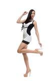 Donna sexy di fascino nella posa del vestito da sera fotografia stock libera da diritti