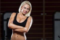 Donna sexy di forma fisica di Blondie che riposa dopo l'allenamento Immagine Stock