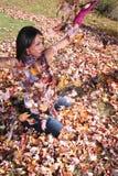 Donna sexy di modo di caduta all'aperto Fotografie Stock Libere da Diritti