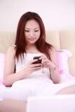 donna sexy di uso del computer portatile della base Immagini Stock Libere da Diritti