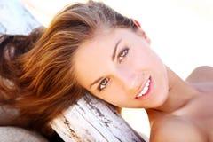Donna sexy e bella sulla spiaggia Fotografie Stock