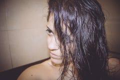 Donna sexy fresca dalla doccia Immagine Stock