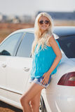 Donna sexy giovane bella vicino ad un'automobile all'aperto Fotografia Stock Libera da Diritti