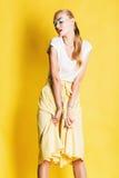 Donna sexy in gonna gialla con le labbra rosa fotografie stock libere da diritti