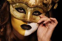 Donna sexy nella mascherina dorata del partito Fotografie Stock