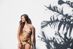 Donna sexy nella posa fiorita del bikini immagine stock libera da diritti