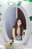 Donna sexy nello specchio Immagine Stock