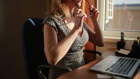 Donna sexy pettoruta di affari che lavora per un computer portatile stock footage