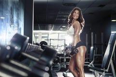 Donna sexy piacevole che fa allenamento con le teste di legno Fotografia Stock