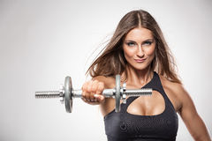 Donna sexy piacevole che fa allenamento con le teste di legno Immagini Stock Libere da Diritti