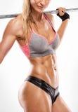 Donna sexy piacevole che mostra i muscoli addominali, primo piano, allenamento con Fotografia Stock