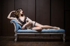 Donna sexy sullo strato Fotografia Stock Libera da Diritti
