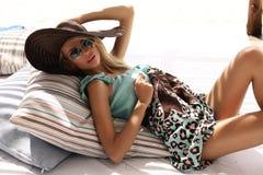 Bella Donna Bionda Sulla Spiaggia Nel Cappello E Negli ...