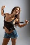 Donna sexy in vestiti e sporcizia violenti fotografia stock