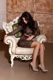 Donna sexy in vestito dal leopardo nel bello interno Fotografie Stock