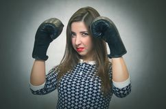Donna sicura arrabbiata Rivalità femminile Fotografia Stock Libera da Diritti