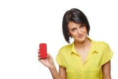 Donna sicura che mostra la carta di credito in banca Fotografia Stock