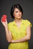 Donna sicura che mostra la carta di credito in banca Fotografie Stock