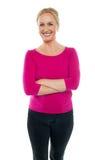 Donna sicura che si leva in piedi con le braccia attraversate Fotografie Stock Libere da Diritti