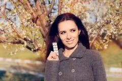 Donna sicura che tiene le sue pillole che combattono le allergie della primavera Immagine Stock Libera da Diritti