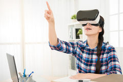 Donna sicura in cuffia avricolare di realtà virtuale Fotografia Stock
