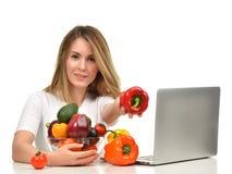 Donna sicura del dietista che lavora allo scrittorio con il computer portatile moderno Immagine Stock Libera da Diritti