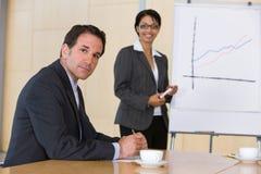 Donna sicura di affari che dà presentazione Immagine Stock