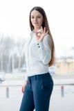 Donna sicura di affari che mostra segno giusto Fotografia Stock