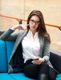 Donna sicura di affari con il telefono in ufficio Fotografia Stock