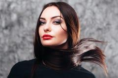 Donna sicura di sé fiera con i capelli di volo Fotografia Stock Libera da Diritti