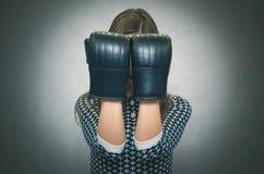 Donna sicura e fiera arrabbiata Rivalità femminile Ragazza comandone Fotografie Stock Libere da Diritti