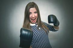 Donna sicura e fiera arrabbiata Rivalità femminile Ragazza comandone Fotografia Stock
