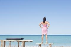 Donna sicura sexy alla posa della spiaggia dell'oceano Fotografia Stock