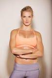 Donna sicura in sua attrezzatura di ginnastica Immagini Stock Libere da Diritti