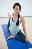 Donna in signore della posa di yoga di ballo Fotografie Stock