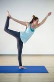Donna in signore della posa di yoga di ballo Fotografia Stock