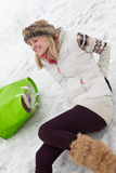 Donna slittata e danneggiata indietro sulla via ghiacciata Fotografia Stock
