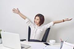 Donna soddisfatta che si rilassa con le mani dietro la sua testa Impiegato sorridente felice dopo il lavoro di rivestimento, buon fotografie stock