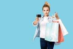 Donna soddisfatta con i sacchetti della spesa Immagine Stock