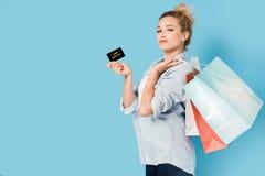 Donna soddisfatta con i sacchetti della spesa Fotografia Stock Libera da Diritti