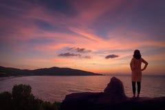 Donna sola che contempla sulla vostra vacanza in Grecia fotografie stock
