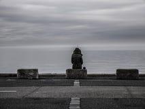 Donna sola che guarda fuori al mare immagini stock libere da diritti