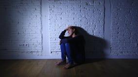 Donna sola che soffre dalla depressione archivi video