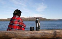Donna sola da un lago Fotografia Stock Libera da Diritti