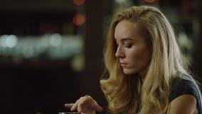 Donna sola del blondie che tocca un vetro di vino rosso archivi video