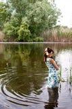 Donna sola in fiume fotografia stock