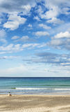 Donna sola isolata sulla spiaggia virile Sydney del nord Australia fotografie stock
