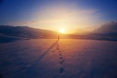 Donna sola nelle montagne Fotografia Stock Libera da Diritti