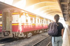 Donna sola sul binario del treno della stazione ferroviaria il suo tatto malato di nostalgia immagine stock libera da diritti