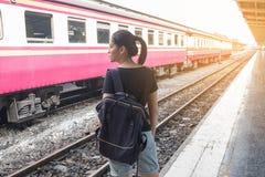 Donna sola sul binario del treno della stazione ferroviaria il suo tatto malato di nostalgia fotografie stock libere da diritti